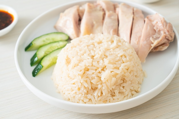 Arroz con pollo de hainan o arroz al vapor con sopa de pollo - estilo de comida asiática