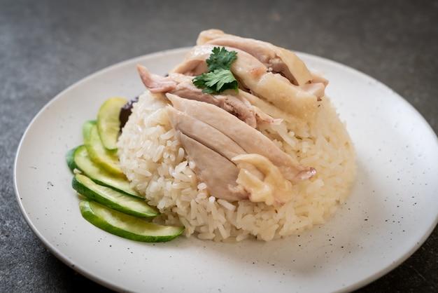 Arroz con pollo hainanés o arroz con pollo al vapor
