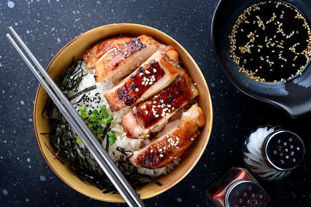 Arroz con pollo teriyaki a la parrilla.