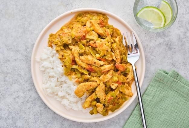 Arroz con pollo y verduras en salsa cremosa.