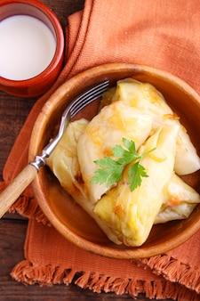 Arroz relleno de repollo relleno con carne y cebollas envueltas en hojas de repollo