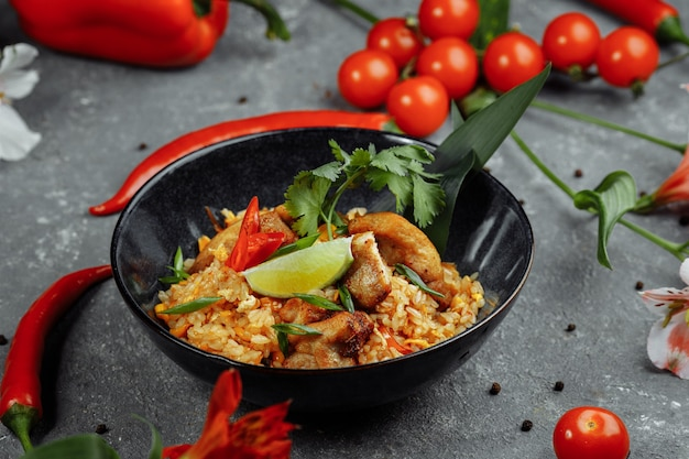 Arroz tailandés con pollo. plato tailandés de arroz, pollo, cebolla yalta, maíz, piña, tomate, salsa de soja, pasta de chile, cilantro, lima, ají, cebolla verde, especias