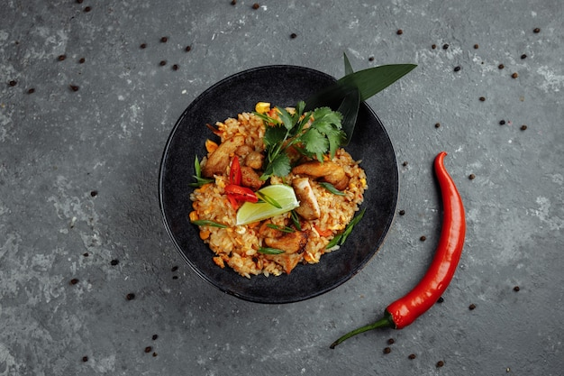 Arroz tailandés con pollo.