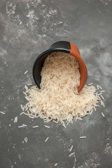 Arroz tazón de arroz negro-marrón sobre la mesa