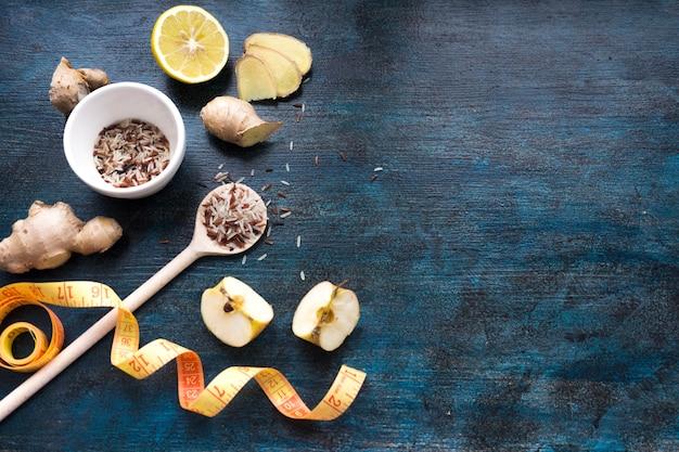 Arroz en un tazón con manzanas y cinta métrica
