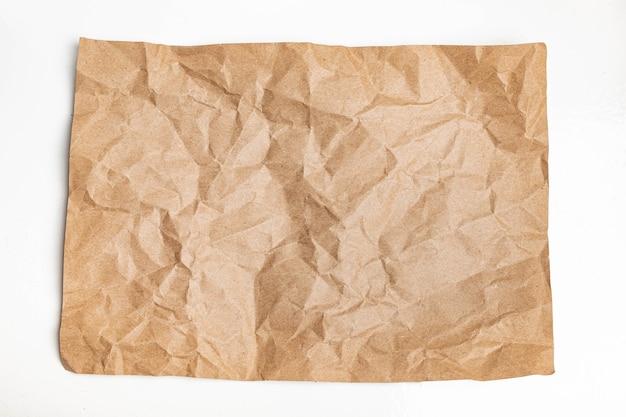Arruga marrón reciclada arrugada vieja con fondo áspero de textura de página de papel.