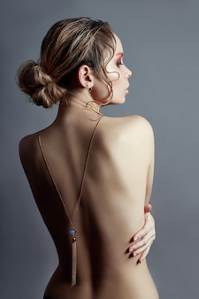 Art of nude fashion desnudo espalda rubia collar