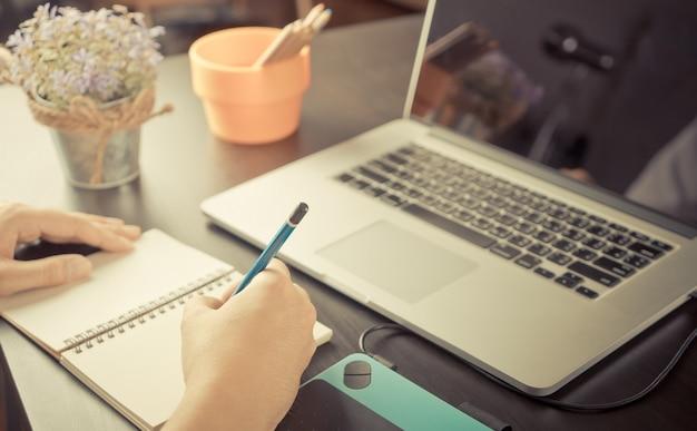 Art student está trabajando en un boceto en la mesa de trabajo