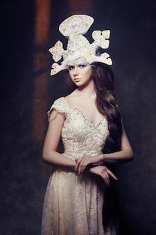 Art woman con un largo vestido largo y lujoso con trenza.