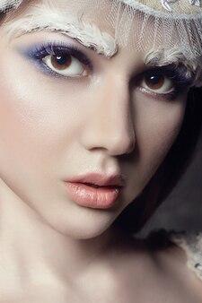 Arte belleza niña retrato, pestañas y maquillaje. piel pura, cuidado de la piel y pestañas. mujer en traje nacional ruso y tiara. maquillaje de moda en la cara