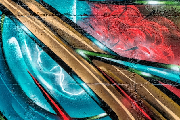 Arte callejero, colorido graffiti en la pared.