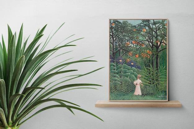 Arte clásico en un estante de madera.