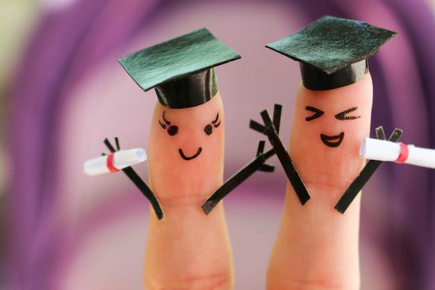 Arte del dedo de amigos. grupo de estudiantes con su diploma después de graduarse