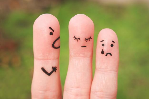 Arte del dedo de una familia durante una discusión. el concepto de un hombre regaña a su esposa e hijo, una mujer está triste, el bebé está llorando