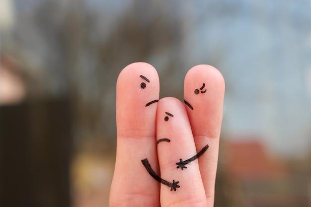 Arte del dedo de la familia durante la pelea. concepto de padres divorciados. idea madre no le da al niño para comunicarse con su padre.