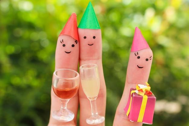 El arte de los dedos de la familia celebra el cumpleaños.