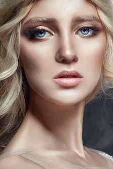 Arte moda chica rubia pestañas largas piel clara