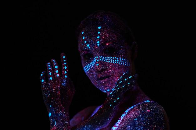 Arte mujer cosmos en luz ultravioleta