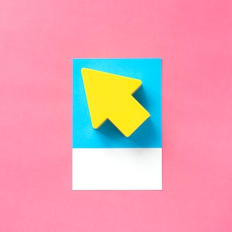 Arte de papel artesanal de una flecha amarilla.