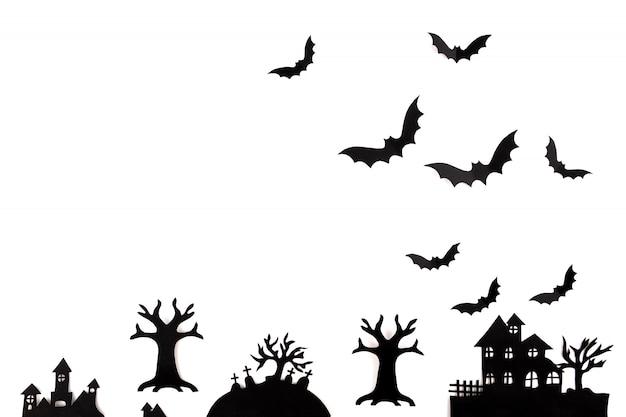 Arte de papel de halloween. pueblo abandonado en un bosque brumoso