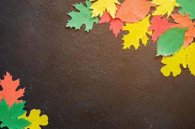 Arte de papel, hojas de otoño rojas y amarillas.