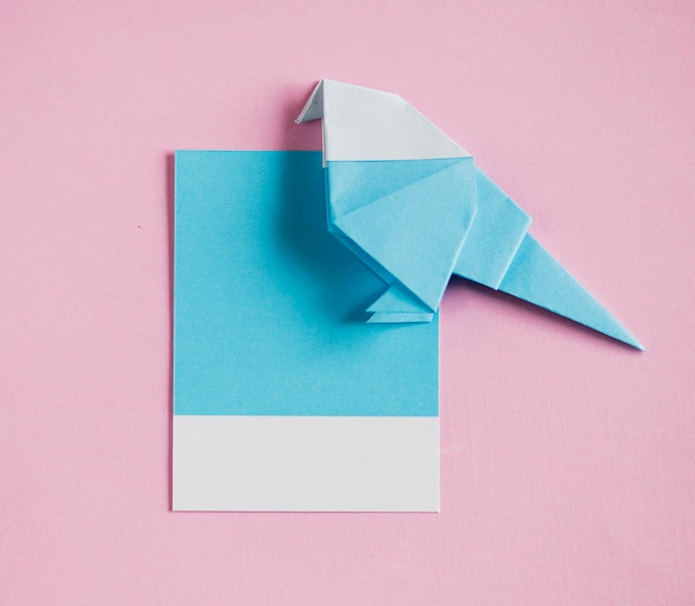 Arte de papel de origami pájaro doblado