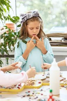 El arte del rompecabezas de mosaico para niños, juego creativo para niños.