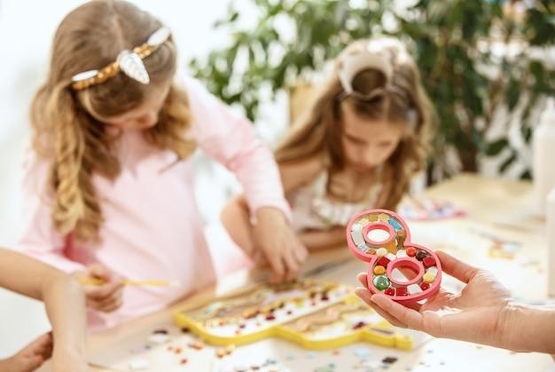 Arte de rompecabezas de mosaico para niños, juego creativo para niños.