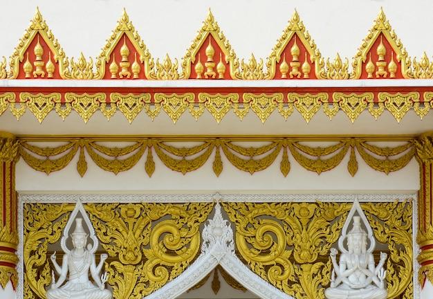 Arte tailandés antiguo del modelo del estuco en el tejado en el templo