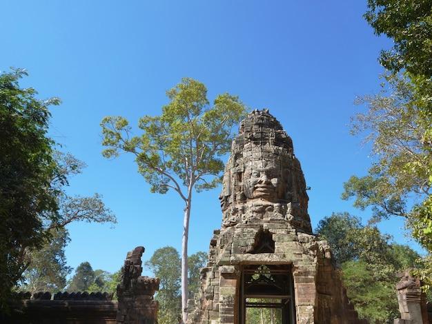 Arte tallado en piedra de la roca de la cara en banteay kdei, parte del complejo de angkor wat en siem reap, camboya