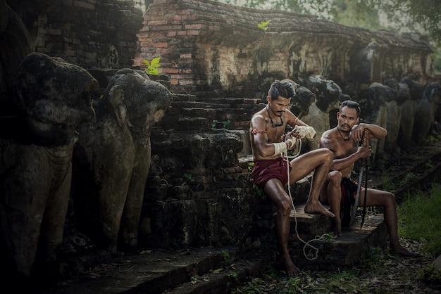 Artes marciales de muay thai, boxeo tailandés en el parque histórico de ayutthaya en ayutthaya, tailandia