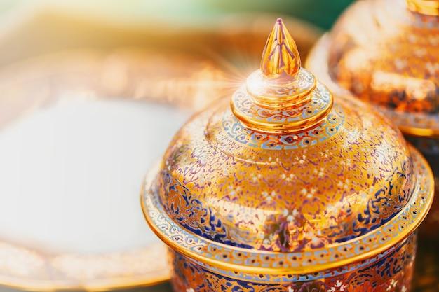 Artes tailandesas de lujo del cuenco de benjarong para el fondo