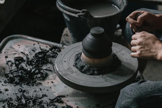 Artesano alfarero haciendo artesanía de arte olla