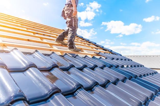 Artesano atesora una teja de cerámica cocida en el techo.