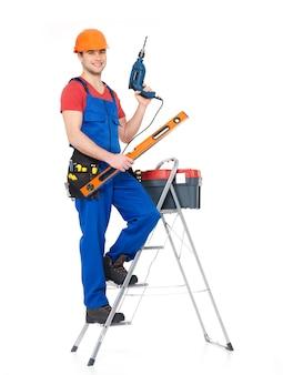 Artesano con herramientas con escaleras, retrato completo sobre fondo blanco.