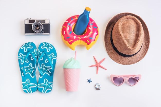 Artículos de accesorios de viaje sobre fondo blanco, concepto de vacaciones de verano