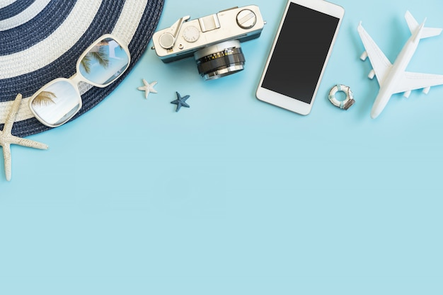 Artículos de accesorios de viaje sobre fondo de color, concepto de vacaciones de verano