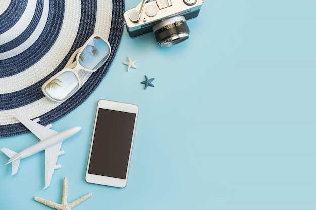 Artículos de accesorios de viaje con teléfono inteligente sobre fondo de color