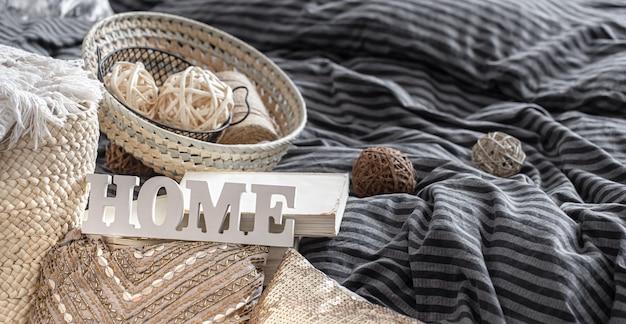 Artículos de un acogedor hogar interior con almohadas.