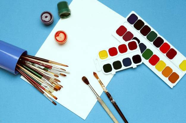Artículos de arte. pinturas y pinceles de acuarela.