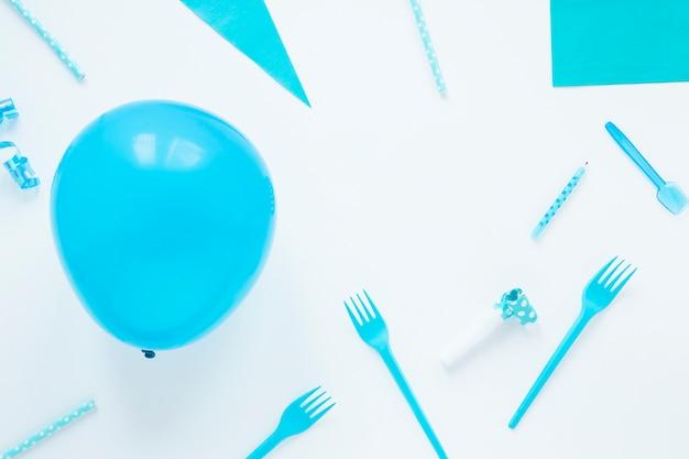 Artículos de cumpleaños azul sobre fondo blanco.
