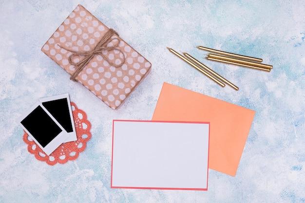 Artículos de cumpleaños femeninos con maqueta de invitación.