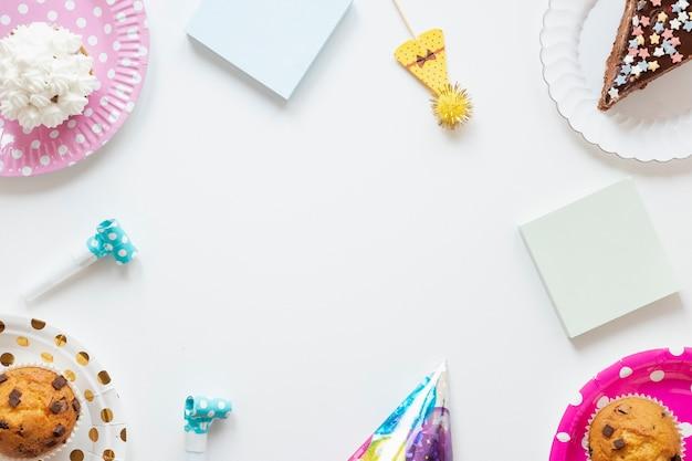 Artículos de cumpleaños sobre fondo blanco con espacio de copia