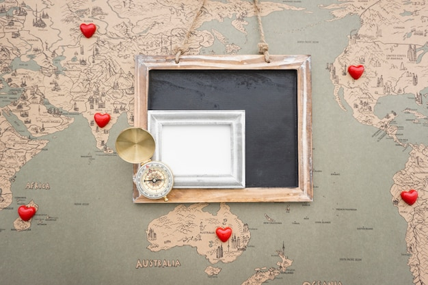 Artículos decorativos de viaje sobre mapa del mundo vintage