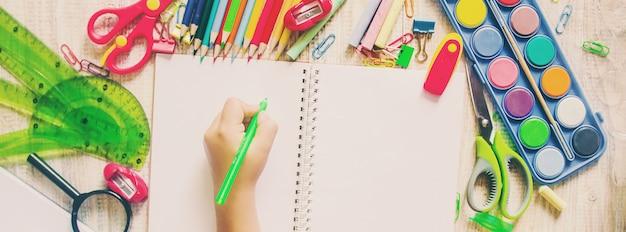 Artículos escolares. es hora de ir a la escuela. enfoque selectivo