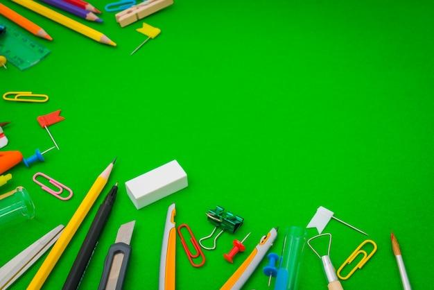 Artículos escolares en la pizarra verde