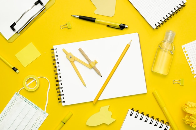 Artículos escolares sobre fondo amarillo