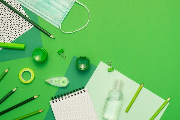 Artículos escolares sobre fondo verde