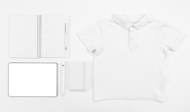 Artículos escolares y vista superior de arreglo de camisa