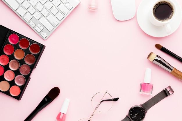 Artículos de escritorio laicos planos sobre fondo rosa